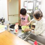 キッチンでお菓子作り